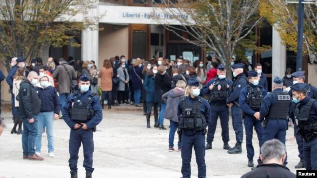 Người dân tụ tập bên ngoài trường College du Bois d'Aulne sau vụ tấn công ở Conflans St Honorine ngoại ô Paris, Pháp, ngày 17 tháng 10, 2020.