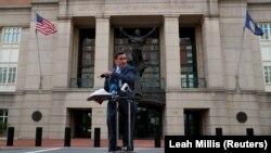Jaksa AS G. Zachary Terwilliger memberi keterangan tentang kasus dua tersangka ISIS yang dikenal sebagai 'Beatles' dan menghadapi persidangan atas dugaan keterlibatan alam pemenggalan sandera AS di Suriah, di luar Pengadilan Distrik AS di Alexandria, Vir
