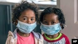Enfants portant des masques à l'école à Antananarivo, Madagascar, le 3 octobre 2017.