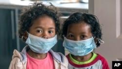 Crianças usam máscaras numa escola Antananarivo, Madagáscar, 3 Outubro, 2017.