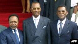 (De gauche à droite) Les présidents du Gabon Omar Bongo, du Tchad, Idriss Deby, et de la Guinée équatoriale, Teodoro Obiang Nguema, posent avant l'ouverture de la 4ème Cemac (Communauté économique et monétaire de l'Afrique centrale), à Libreville, le 23 janvier 2003.