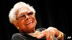 """Angelou se expresó de manera elocuente sobre raza, género y vivir la vida al máximo en poemas y memorias como """"I Know Why the Caged Bird Sings""""."""