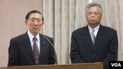 台灣外長林永樂(左)在立法院接受質詢(美國之音張永泰拍攝)