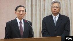 台湾外长林永乐(左)在立法院接受质询(美国之音张永泰拍摄)