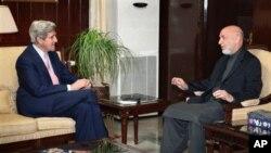 아프가니스탄을 방문해 하미드 카르자이 대통령과 회담을 나누는 존 케리(좌) 외교위원장