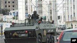 装甲车驶过发生骚乱的突尼斯市西部地区