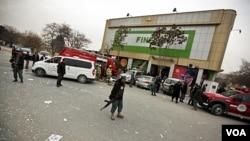 Polisi Afghanistan melakukan penjagaan di lokasi serangan bom di pasar swalayan di Kabul, Jumat (28/1).
