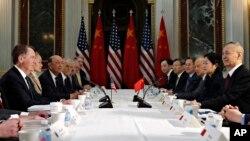 美国贸易代表莱特希泽与中国副总理刘鹤在白宫艾森豪威尔行政大楼举行双边贸易谈判。(2019年2月21日)