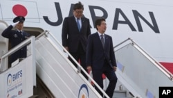 Japanese Prime Minister Shinzo Abe (r) gets down from the plane as he arrives in New Delhi, India, Dec. 11, 2015. Abe is on a three-day visit to India.