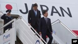 日本首相安倍晋三(右)抵达新德里,开始对印度进行为期三天的访问。(2015年12月11日)