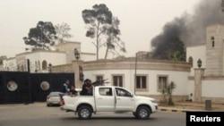 2014年5月18日利比亞議會大廈附近的武裝人員瞄準目標