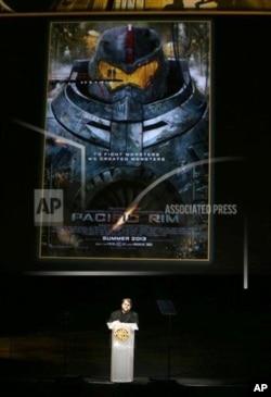 《環太平洋》導演德爾‧托羅在拉斯維加斯對觀眾講話。(2013年4月16日)
