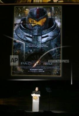 《环太平洋》导演德尔•托罗在拉斯维加斯对观众讲话。(2013年4月16日)