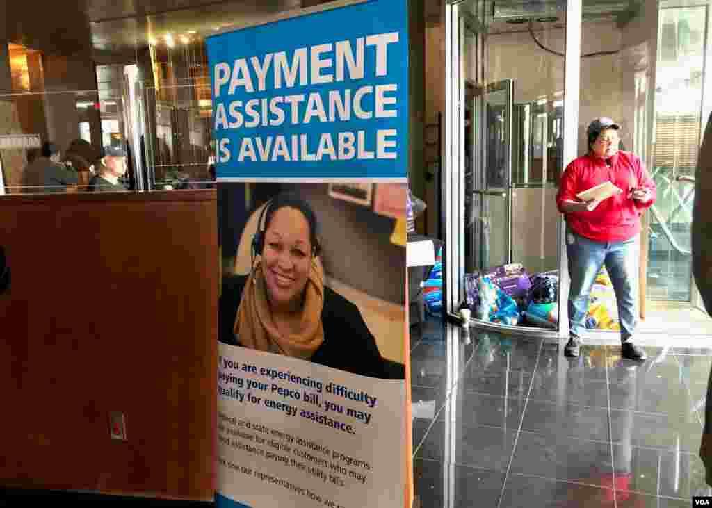 向因政府关门而拿不到工资的联邦员工提供的付款援助的告示牌。(2019年1月23日)