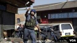 Lapolis nan Afrik di Sid vin konstate dega popilasyon lokal la koze nan yon boutik nan Germiston, Johannesburg.