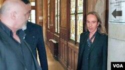 Galliano, de 50 años, está acusado de insultar a unos clientes de un café de París con comentarios anti-semitas el pasado mes de febrero.