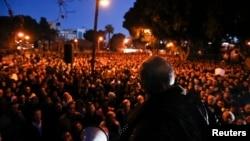 塞浦路斯銀行職員工會領袖在首都尼科西亞議會大樓前向示威者發表演講。