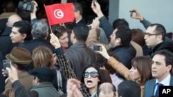 مظاہرین مقتول تیونسی رہنما کی رہائش گاہ کے باہر جمع ہیں
