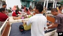 ຜູ້ໄດ້ຮັບເຄາະຮ້າຍຈາກແຜ່ນດິນໄຫວໄດ້ຮັບການປິ່ປົວ ຢູ່ນອກສຸກສາລາປະຈໍາຊຸມຊົນ ຢູ່ເມືອງ Bener Meriah, ແຂວງ Aceh ຂອງອິນໂດເນເຊຍ ໃນວັນອັງຄານ ທີ 2 ກໍລະກົດ 2013.