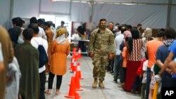TƯ LIỆU - Người tị nạn Afghanistan xếp hàng lấy thức ăn tại Doña Ana Village trong căn cứ Fort Bliss nơi họ được cho tạm trú ở Chaparral, bang New Mexico, ngày 10 tháng 9, 2021.