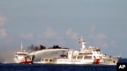 Tàu Trung Quốc dùng ròi rồng phun vào tàu kiểm ngư Việt Nam (Ảnh do Cảnh sát biển Việt Nam công bố ngày 4/5/2014).