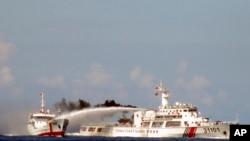 中國海警船在這個月初曾經向越南船隻發射水炮 (資料圖片)