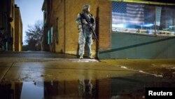 Một binh sĩ thuộc lực lượng Vệ binh Quốc gia đứng canh bên ngoài Tòa Thị chính Ferguson, Missouri, 26/11/14