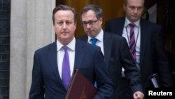 Par 524 voix contre 43, les députés britanniques ont voté en faveur de la motion déposée par le Premier ministre Cameron (à g.)