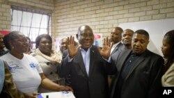 Le président Cyril Ramaphosa après avoit voté à l'école primaire Hitekani de Soweto, à Johannesburg, en Afrique du Sud, le mercredi 8 mai 2019.