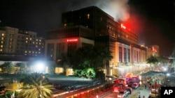 De la fumée monte du Resorts World Manila où des coups de feu des explosions ont été entendus lors d'une attaque à Manille, Philippines, 2 juin 2017.