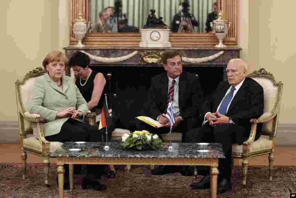 ປະທານາທິບໍດີກຣີສ ທ່ານ Karolos Papoulias (ຂວາ) ເຂົ້າຮ່ວມກອງປະຊຸມກັບນາຍົກລັດຖະມົນຕີເຢຍລະມັນ, ທ່ານນາງ Angela Merkel (ຊ້າຍ) ທີ່ທໍານຽບຂອງ ປະທານາທິບໍດີ ທີ່ນະຄອນຫລວງ Athens ຂອງກຣີສ ໃນວັນທີ 9 ຕຸລາ 2012.