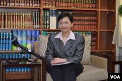 台湾外交部发言人高安2014年3月27日主持记者会 (美国之音申华拍摄)
