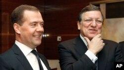 드미트리 메드베데프 러시아 총리(왼쪽)와 호세 마뉴엘 바로소 유럽연합 집행위원장이 21일 모스크바에서 열린 러시아-유럽연합 회담 도중 대화를 나누고 있다.