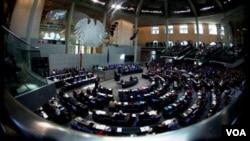 Sidang para anggota parlemen Jerman (foto: dok). Mahkamah Konstitusi Jerman mengatakan keputusan soal dana talangan zona Euro memerlukan persetujuan parlemen Jerman lebih luas.
