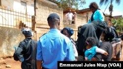 La police arrête une vingtaine de femmes à la fin d'une manifestation de l'opposition à Yaoundé, Cameroun, 9 mars 2018. (VOA/Emmanuel Jules Ntap).