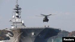 停靠在横须贺军事基地的日本出云号直升机航母 - 资料
