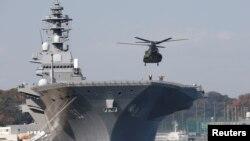 日本海上自卫队直升机在出云号航母降落(资料照片)