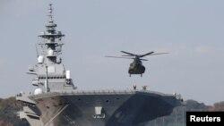 """停靠在日本横须贺港的日本海上自卫队直升机护卫舰""""出云号""""(资料照片)"""