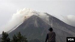 Gunung Merapi mengeluarkan asap, hari Selasa 26 Oktober 2010.