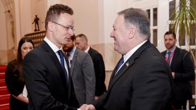 Ngoại trưởng Mỹ Mike Pompeo (phải) bắt tay Bộ trưởng Ngoại giao và Thương mại Hungary, Peter Szijjart, tại Budapest, Hungary, ngày 11/2/19.
