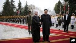 이란을 방문한 시진핑 중국 국가주석(오른쪽)이 23일 테헤란에서 열린 공식 환영행사에서 하산 로하니 이란 대통령과 악수하고 있다.