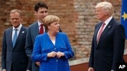 Kanselir Jerman Angela Merkel berbicara dengan Presiden AS Donald Trump di sela KTT G-7 di Sicilia, Italia 26 Mei lalu (foto: dok).