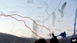 Warga mengamati peta perbatasan Korea Utara-Korea Selatan di Paviliun Imjingak dekat desa perbatasan Panmunjom, Paju, selatan kota Seoul, KOrea Selatan 11/1).