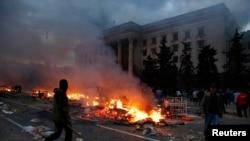 敖德萨一座工会大楼前,亲俄罗斯者的帐篷在燃烧