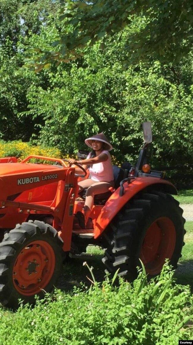 Supadmi dengan traktornya.