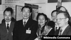 Cựu Thủ tướng Chu Dung Cơ (thứ hai từ bên trái) là người có công lớn trong việc chuyển đổi kinh tế Trung Quốc trong thập niên 1990.