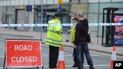 Polisi wazingira eneo la barabara karibu na Manchester sehemu ilipotekea mlipuko.