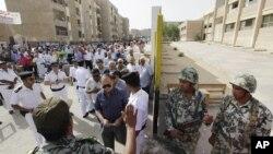سربازان ارتش کنترل امنیت حوزه های اخذ رای را برعهده دارند