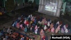 Pemutaran film G30S/PKI di SMP Muhammadiyah Minggir, Yogyakarta (Foto: VOA/Nurhadi)