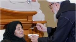 تشویق صبغت الله مجددی روحانی ارشد و رییس جمهوری پیشین پس از ۱۸ روز اعتصاب غذای سیمین بارکزی به وی غذا می دهد. ۱۹ اکتبر ۲۰۱۱